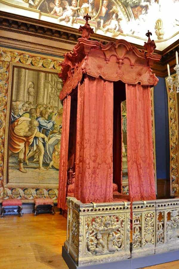 Hampton Court Bed