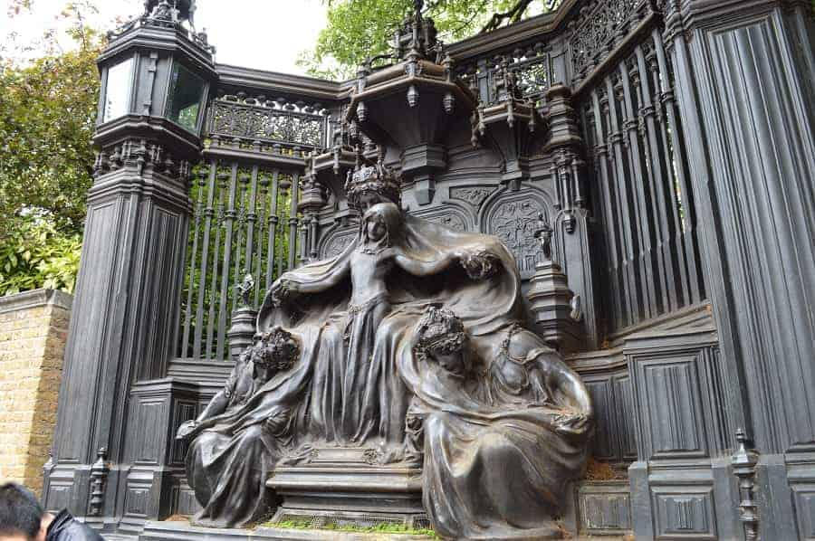 Statue outside of St. James Palace in London
